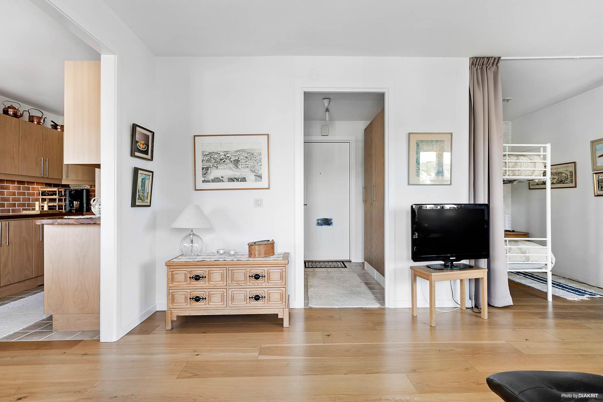 Vardagsrum mot entré och kök