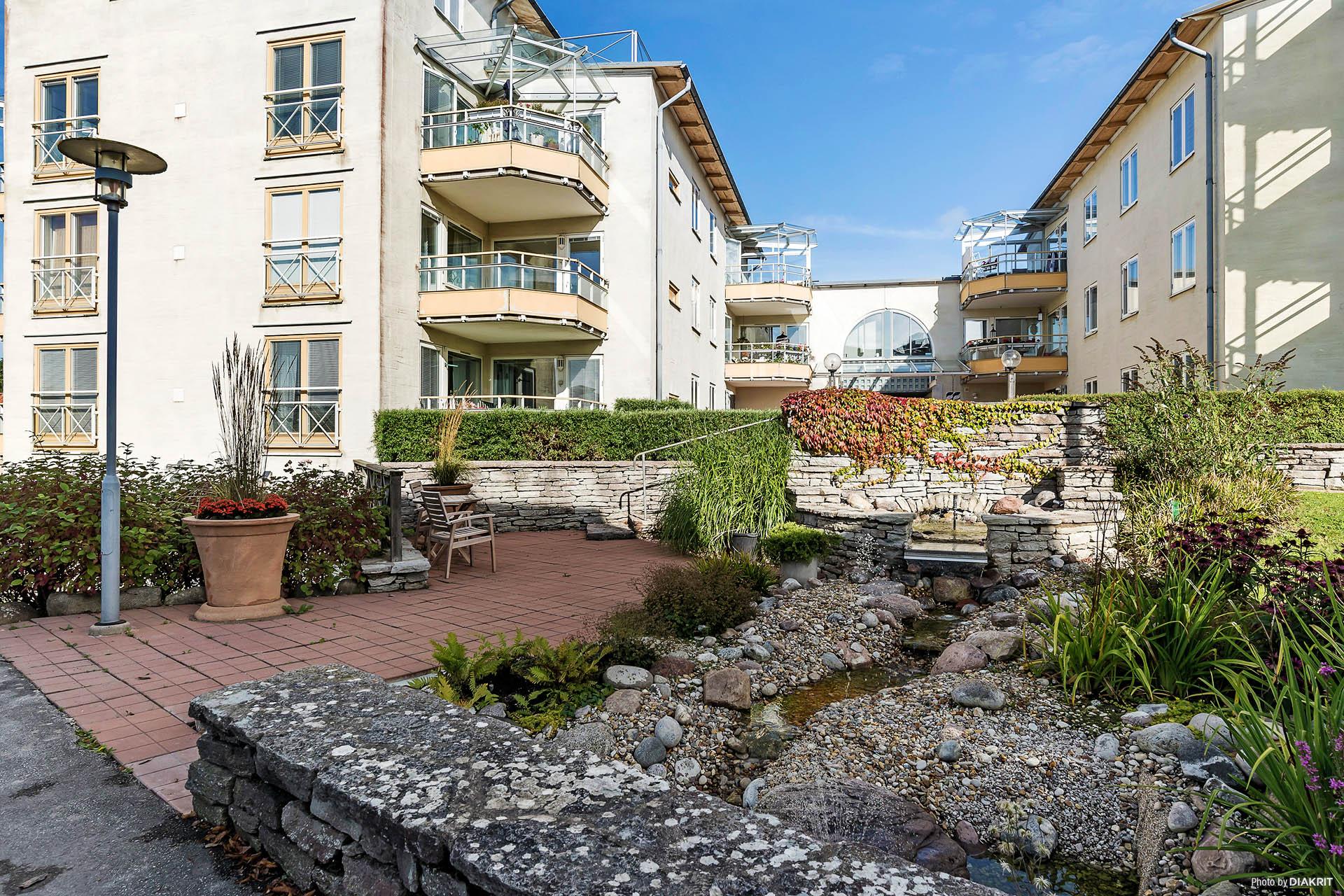 Trevlig innergård med murar och planteringar