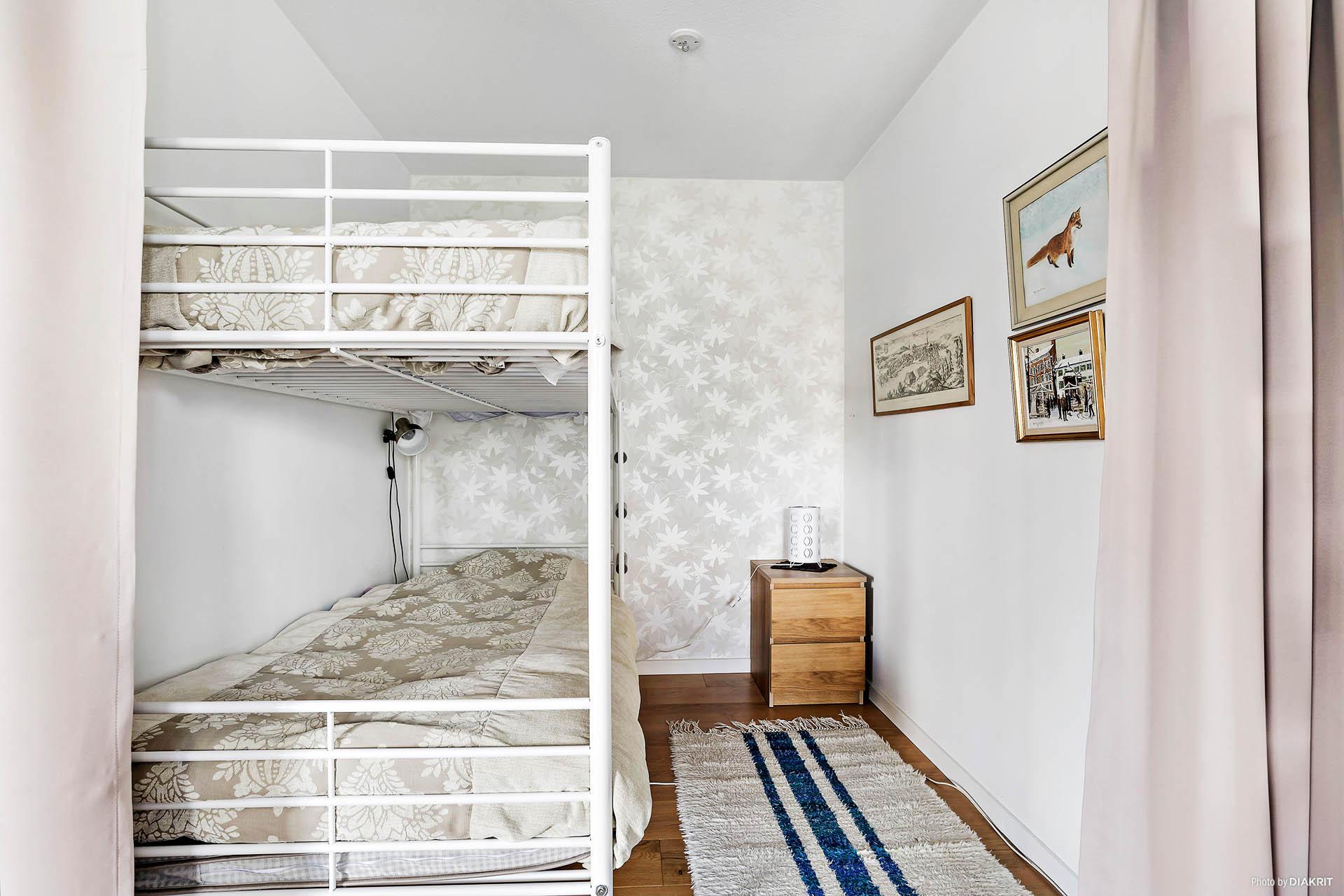 Sovrum som är en del av vardagsrummet med draperi