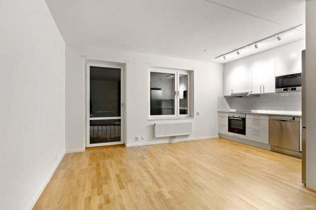 Bild från en spegelvänd bostad( denna har vita vitvaror)