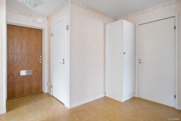 Hall med plats för hatthylla och rymlig klädkammare.