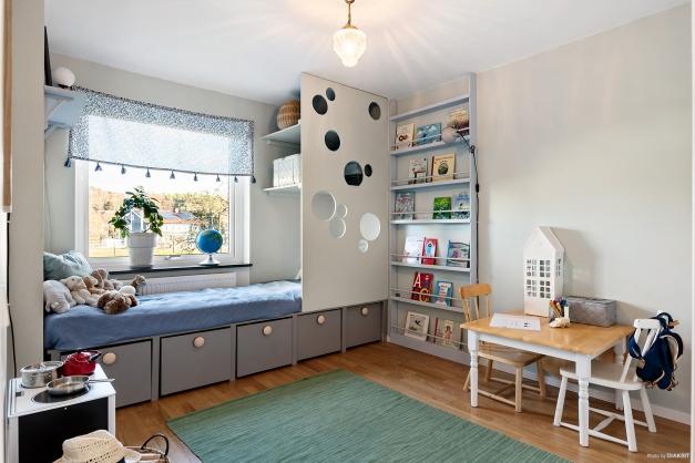 Sovrum 2, perfekt designat som barn- och lekrum för den yngre.