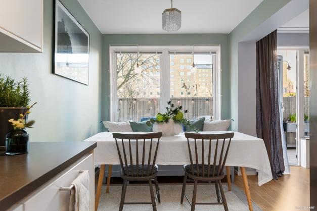 Matgrupp med plats för såväl fyrkantigt som runt bord. Här har de boende även en kökssoffa.