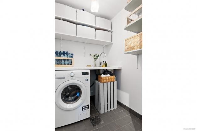 Tvätt- och förvaringsrum.