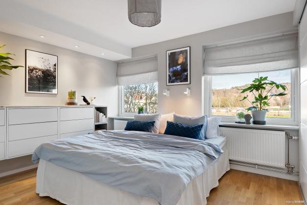 Sovrum 1 med bra klädförvaring och lampspotar i taket.