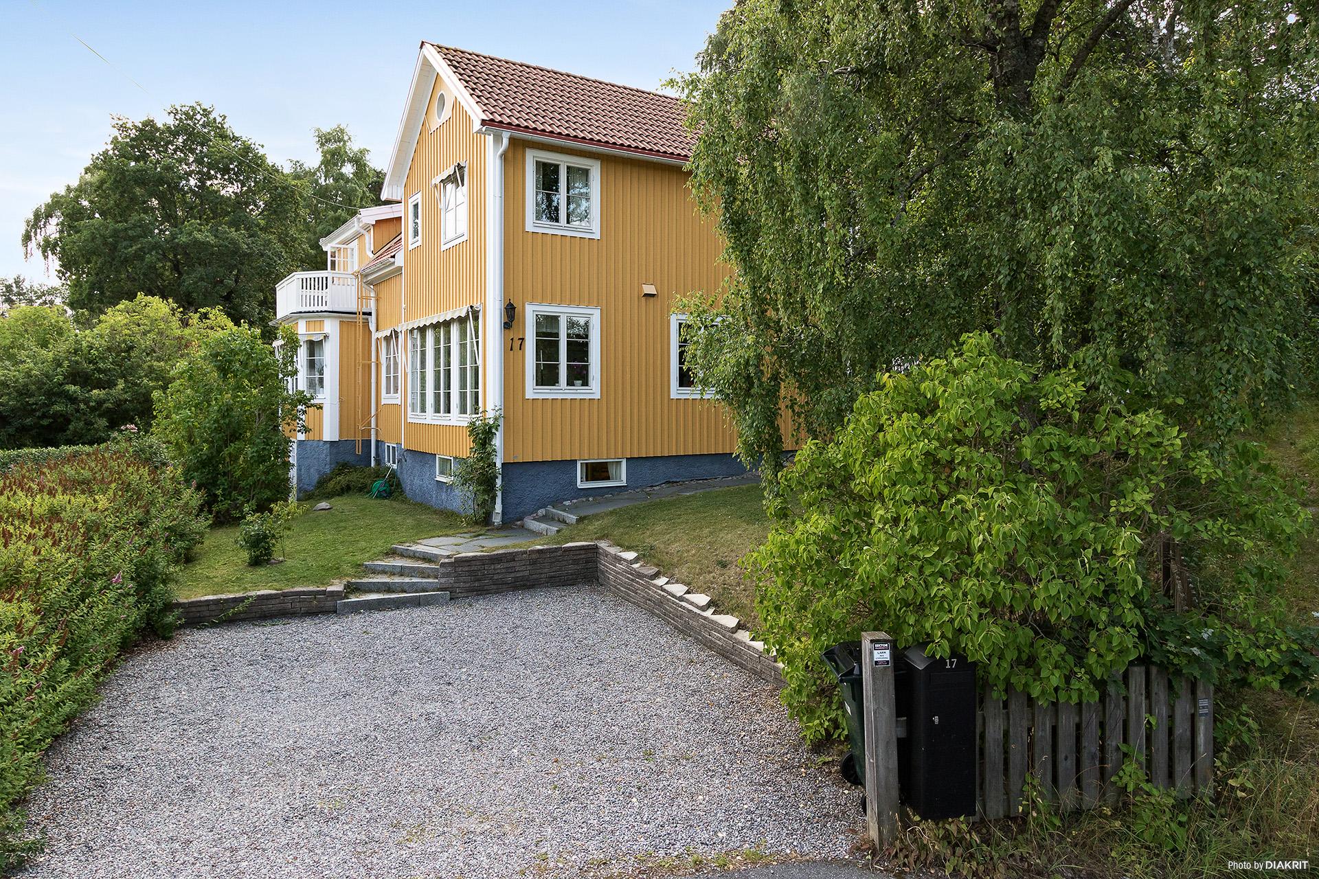 Huset från framsidan med plats för två bilar.