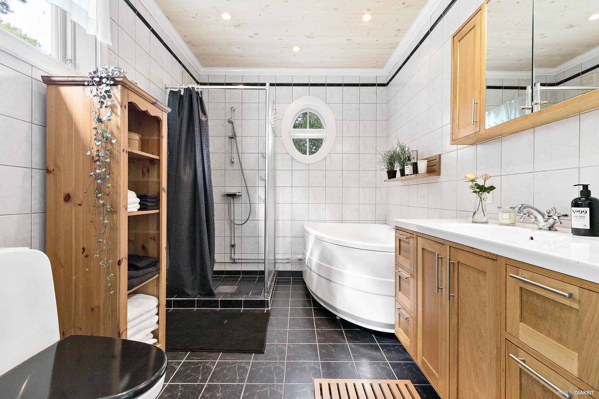 Stort badrum med både dusch samt bubbelbadkar.