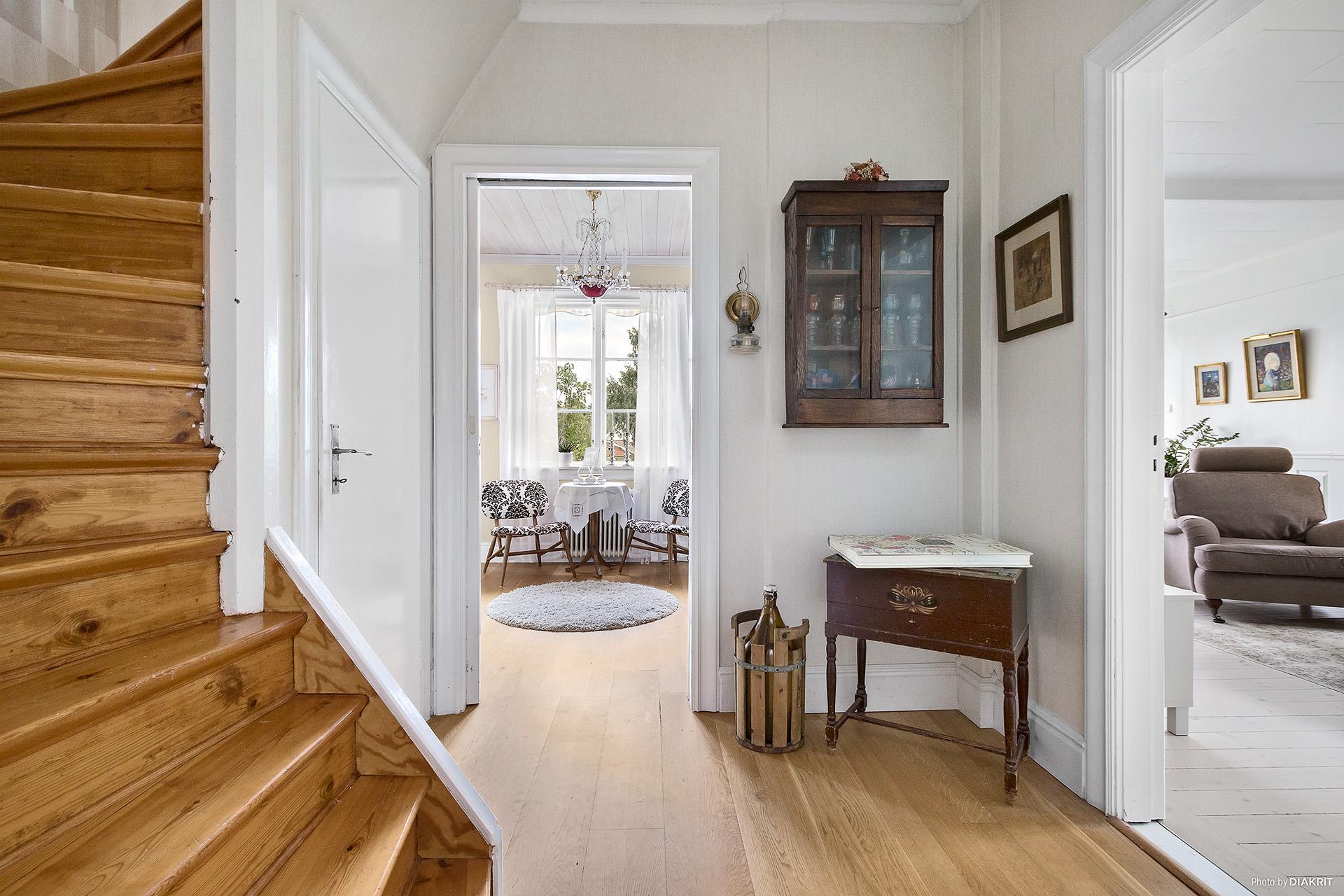 Inre hall med trapp till övre plan.