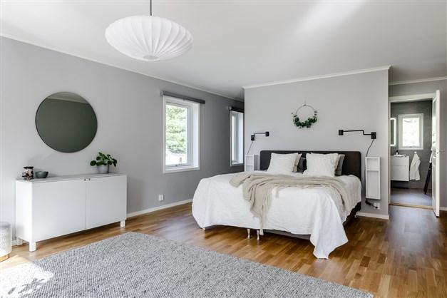 Master Bedroom med WIC och eget badrum