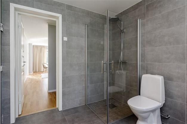 Lyxigt nyrenoverat badrum med dubbla ingångar