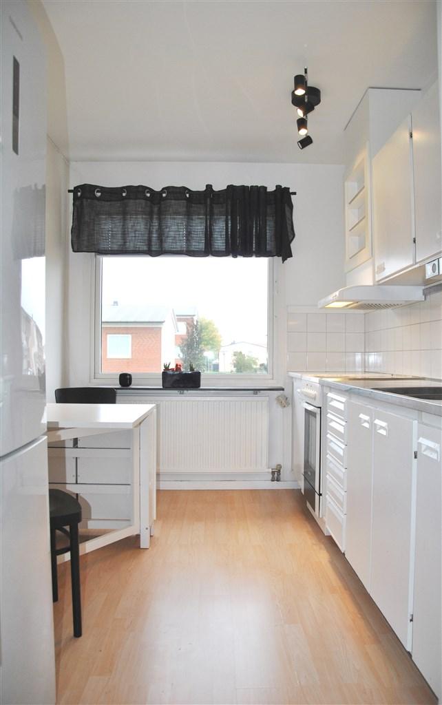 Ljust kök tack vare det stora fönstret.