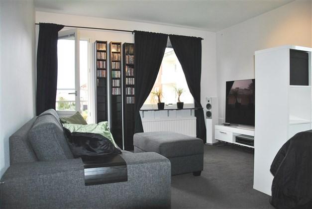 """Smart inrett rum som tack vare en bokhylla som skiljevägg gör rummet både till """"vardagsrum"""" och """"sovhörna"""". Fönster i två väderstreck och fransk balkong i väster sydväst."""