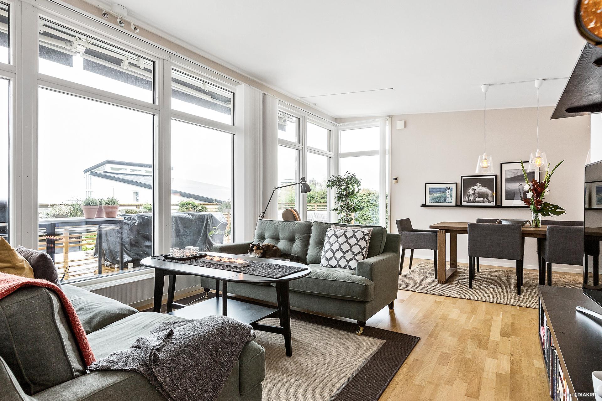 Härligt vardagsrum med utsikt och stort ljusinsläpp