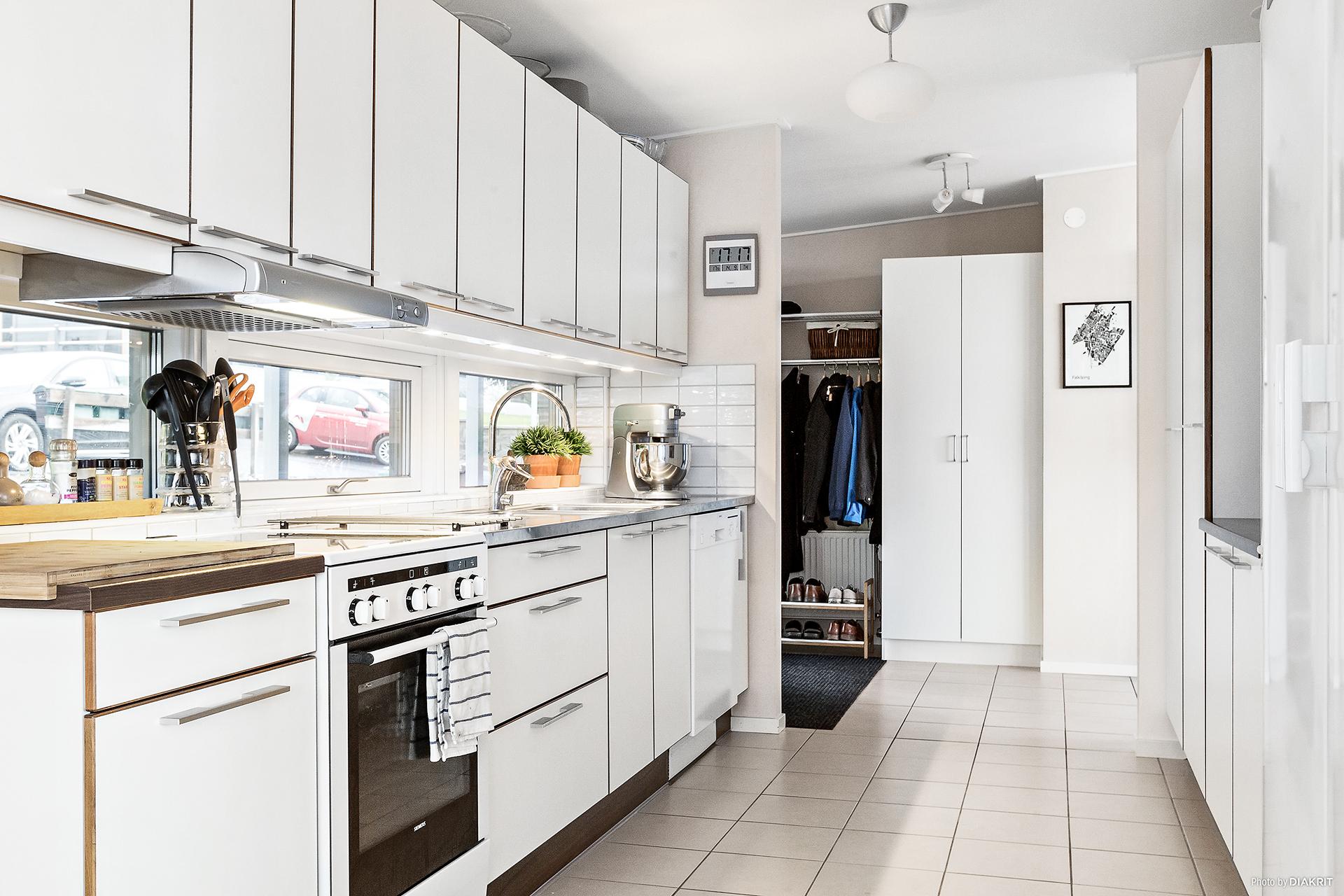Kök med klinkergolv, arbetsytor och förvaring