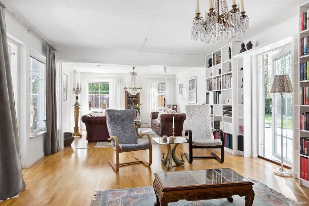 Härligt rymligt vardagsrum med utgång till två altaner!