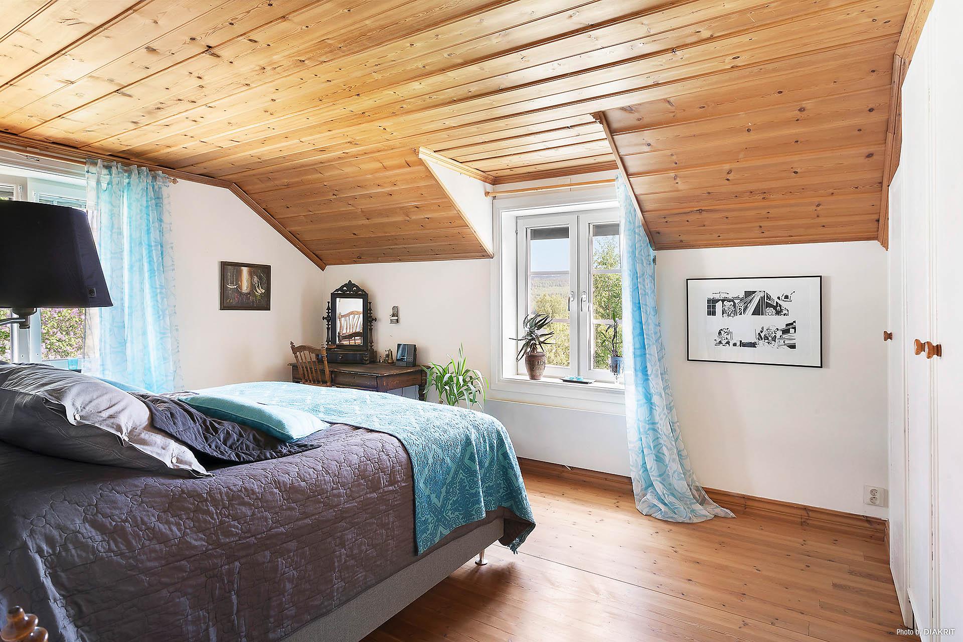 Sovrum 2 med fina utrymmen och havsutsikt.