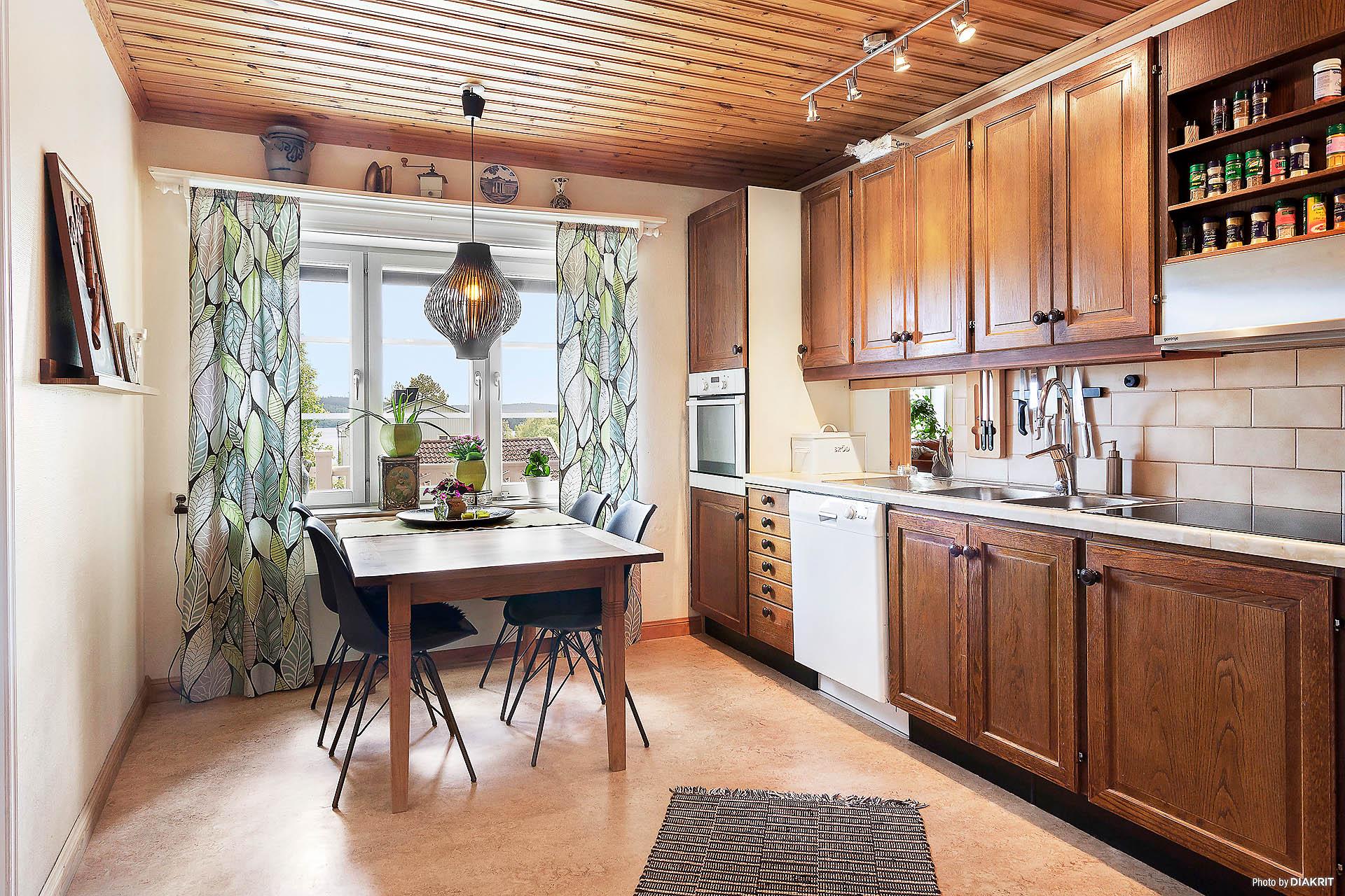 Köket är belåget intill hall och med närhet till vardagsrummet.