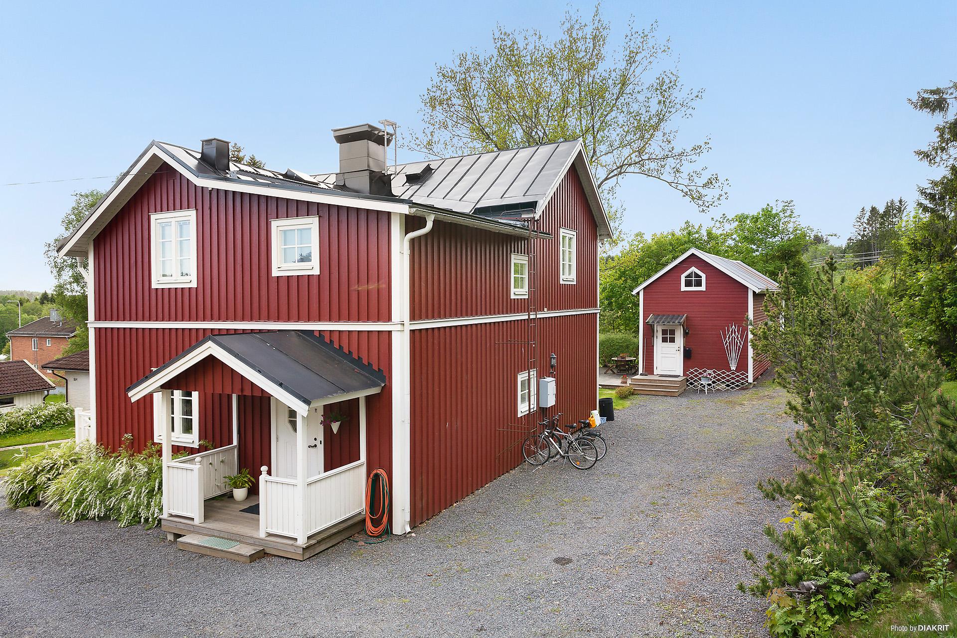 Charmig och rymlig villa med gårdshus.