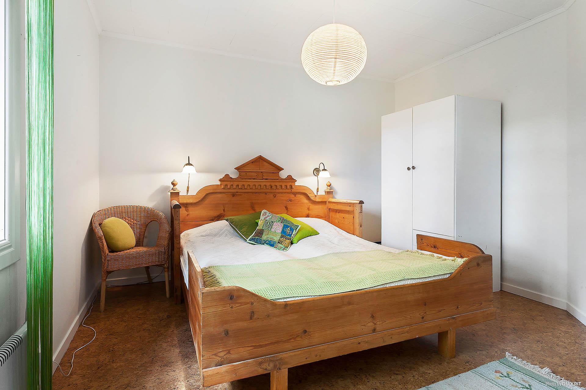 Ett av flera sovrum, detta i entréplanet.