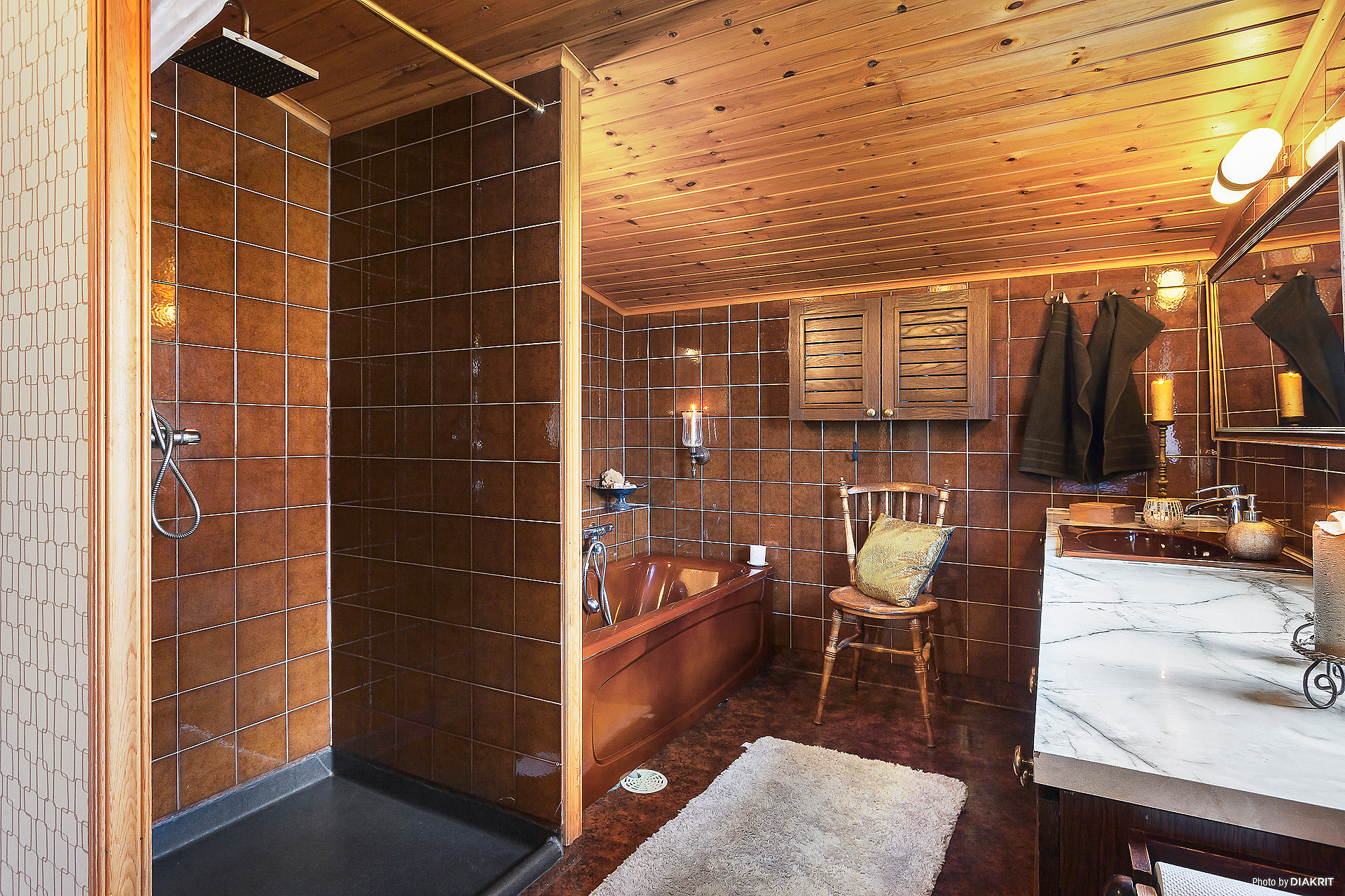 Dusch/badrum med ny golvmatta + brunn i duschutrymmet.