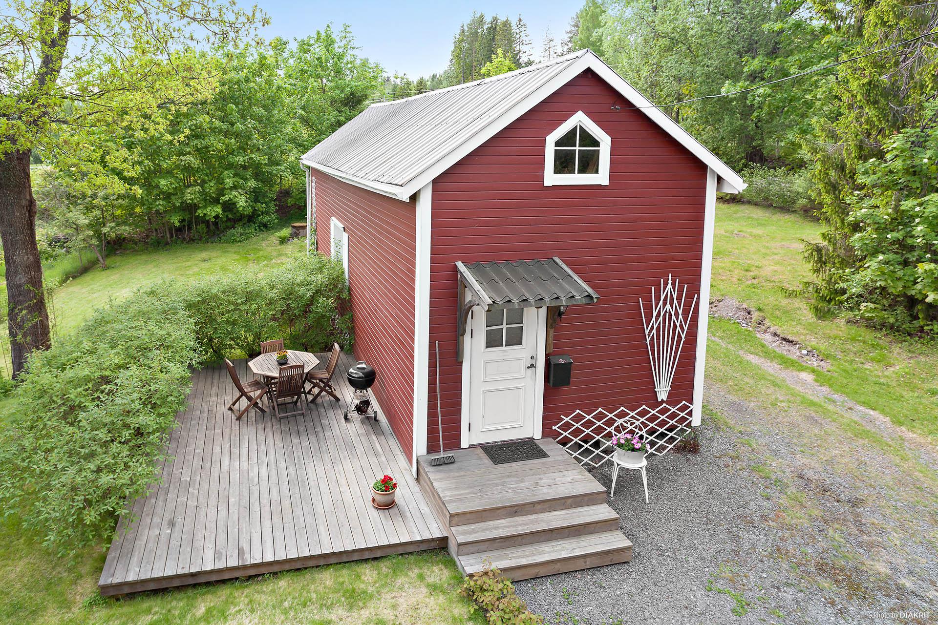 Gårdshuset går att hyra ut eller använda för eget boende/verksamhet.