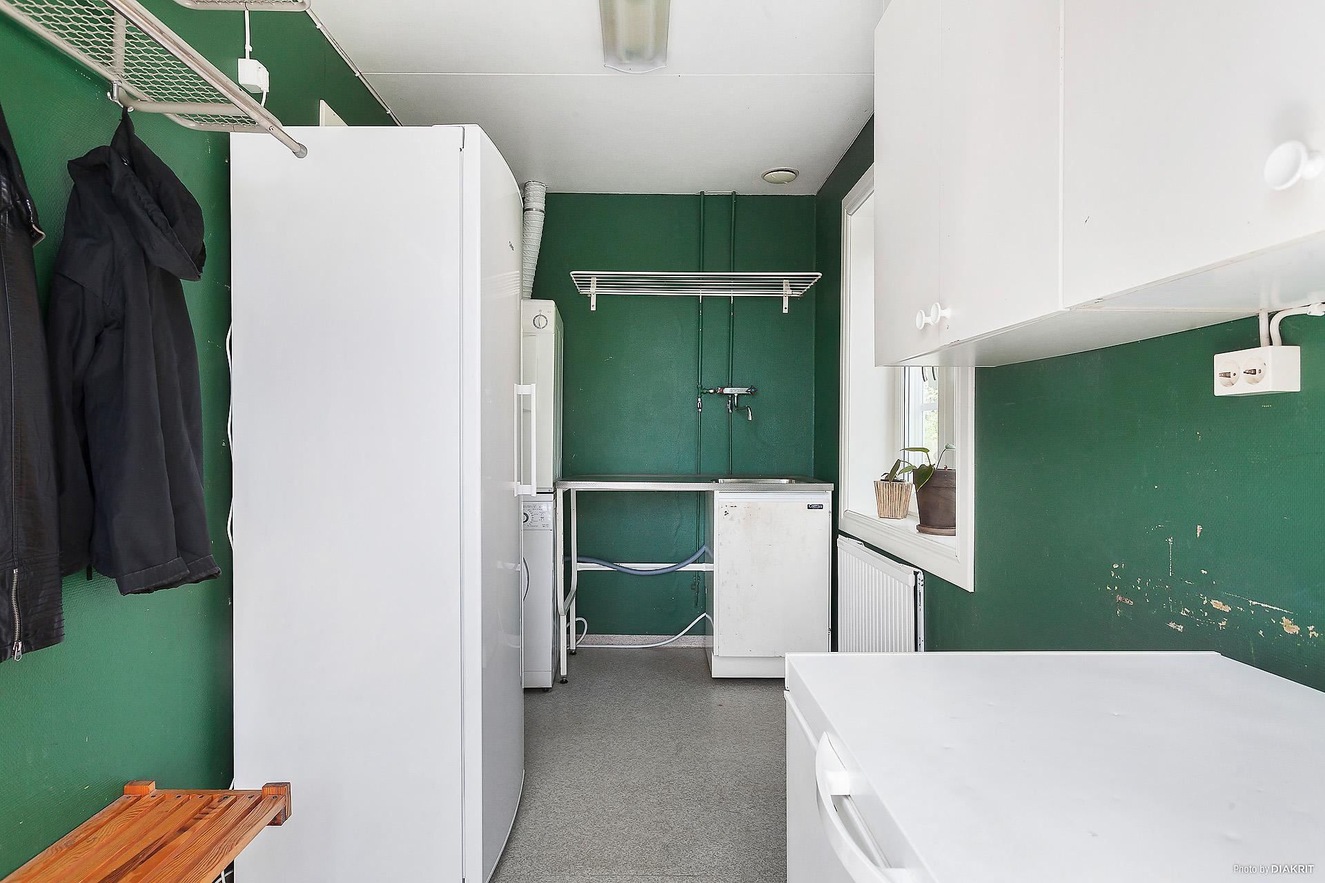 Tvättstuga med groventré/utgång till altanen.