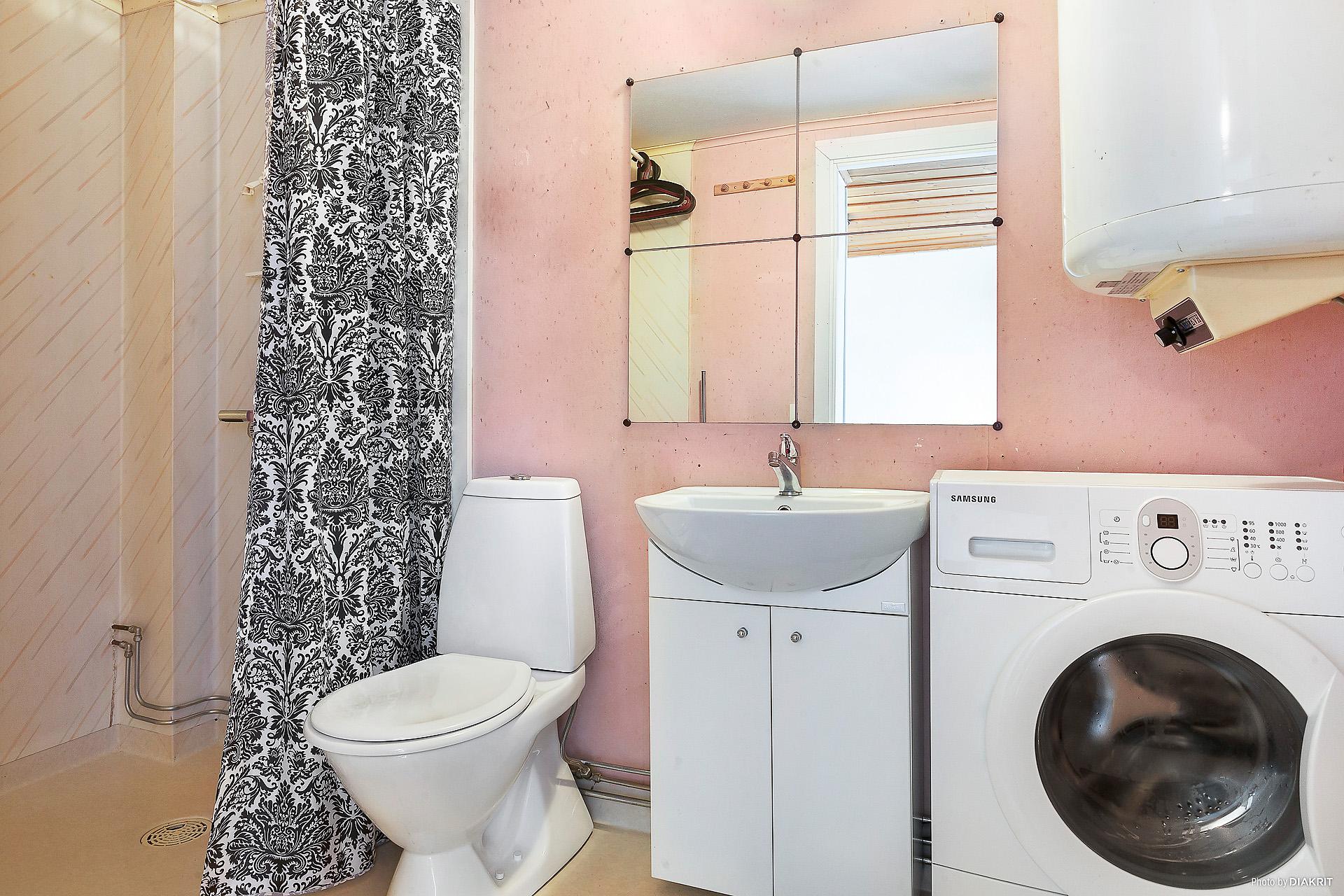 Gårdshuset med duschrum och tvättutrymme.