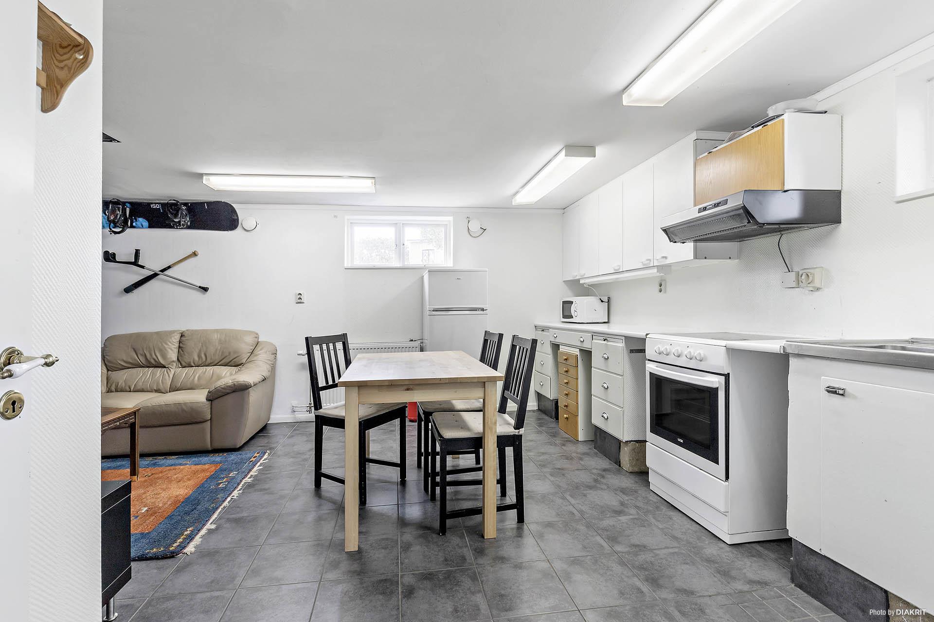 Kök med matplats i källarplan
