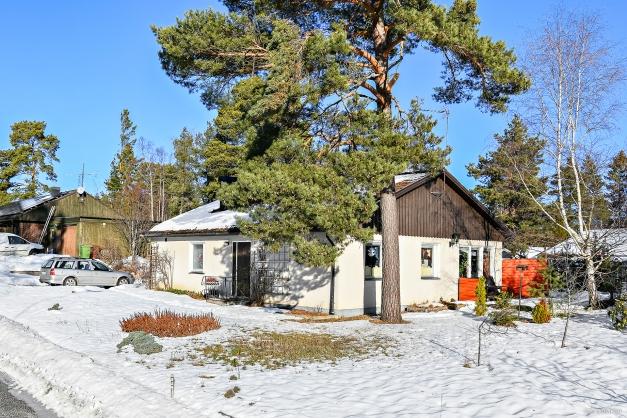 Fristående villa med garage i lugna, familjevänliga Fjärdhundra.