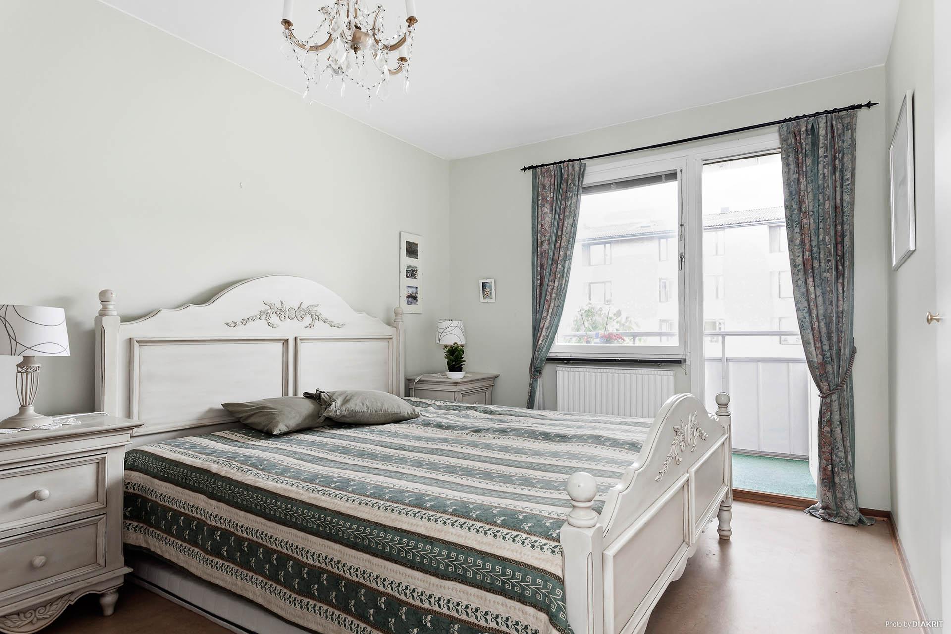 Stort sovrum med plats för bl.a. dubbelsäng och skrivbord. Utgång till balkongen i soligt sydvästläge.