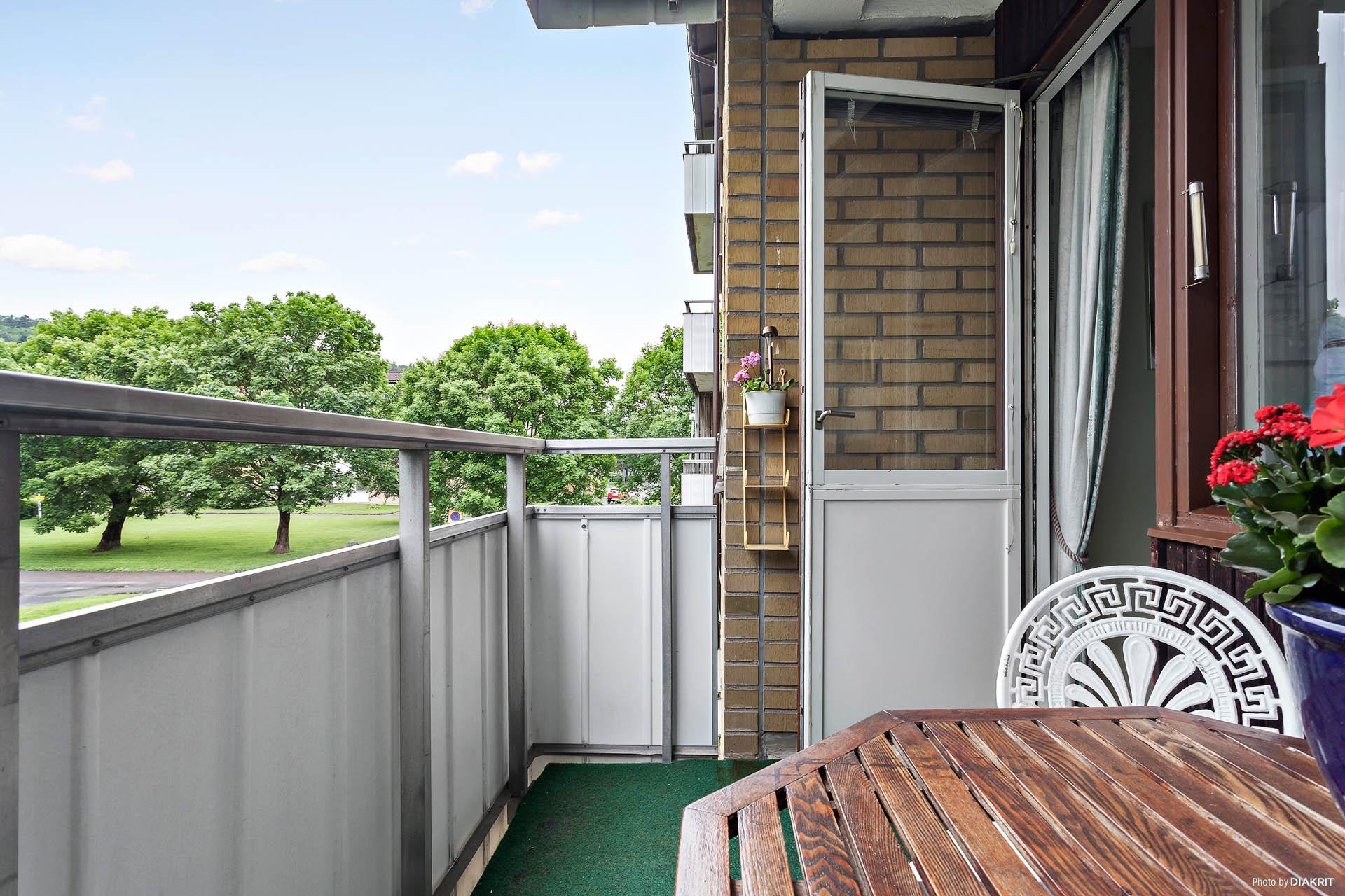 Välkommen till en lägenhet endast en trappa upp med bästa solläge!