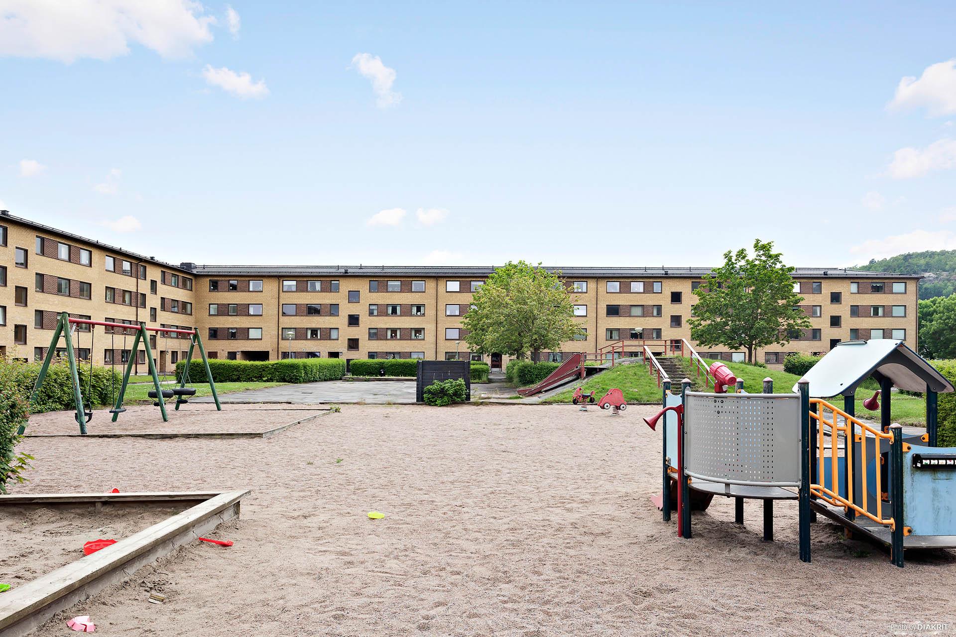 Härlig innergård med stor lekplats.