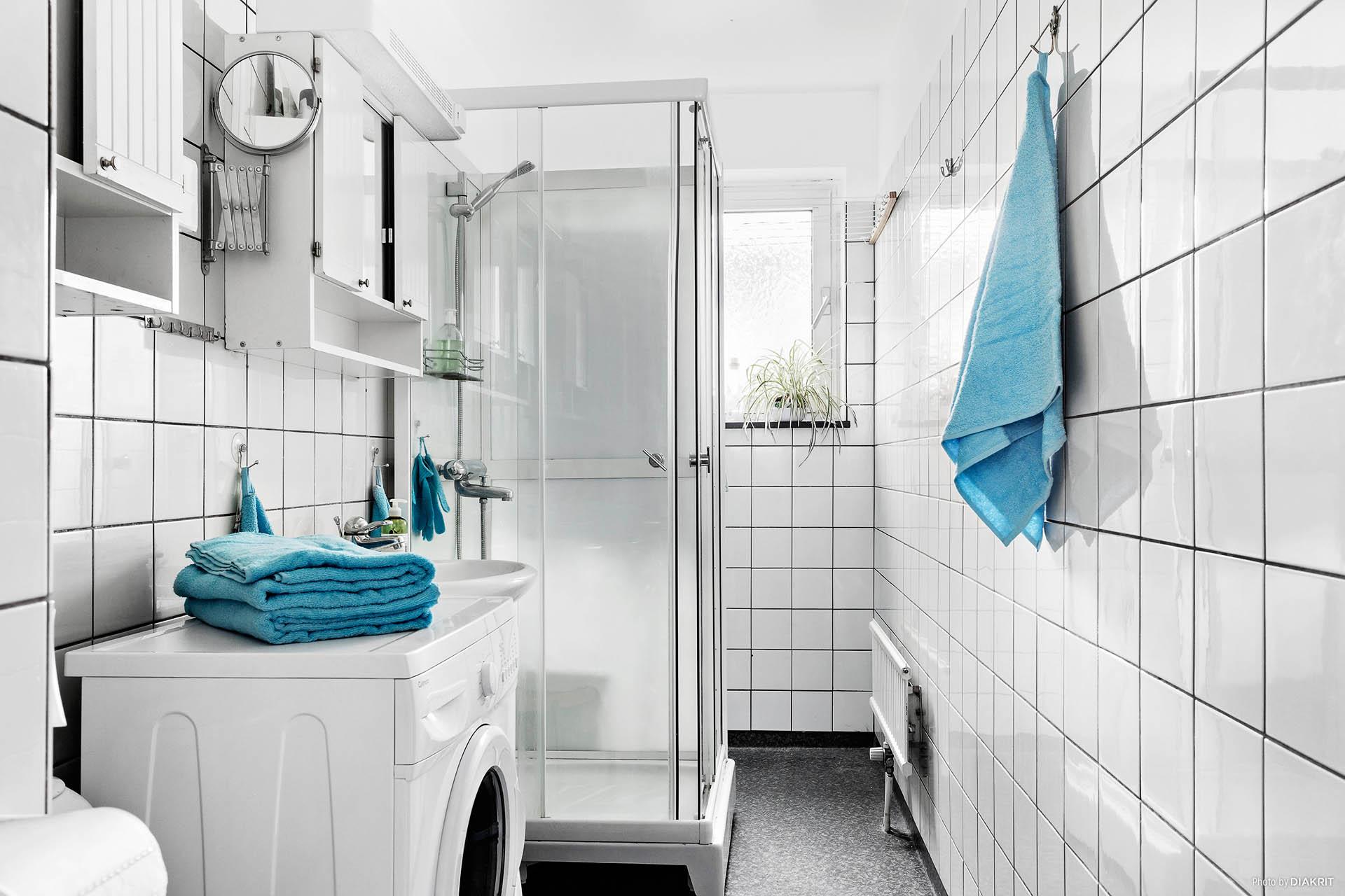 Halvkaklat duschrum med bra ljusinsläpp. Utrustat med tvättmaskin (2017), handfat, toalett och gott om förvaringsutrymme.