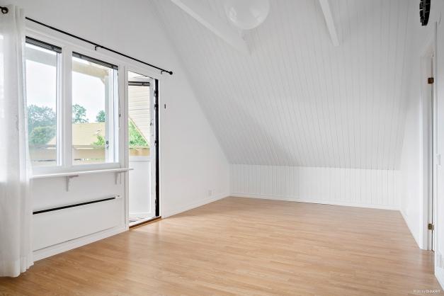 Övervåningen, sovrum / allrum med utgång till balkong