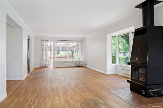 Stort vardagsrum med utgång till uterum och altandäck
