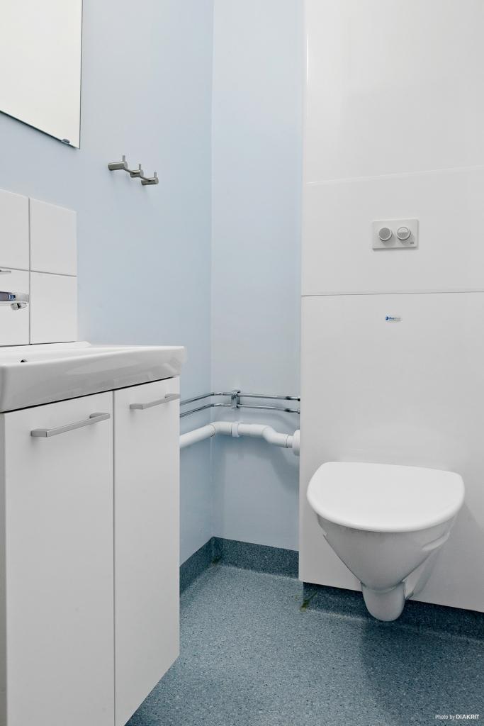 Wc-rum med wc och handfat renoverat 2016.