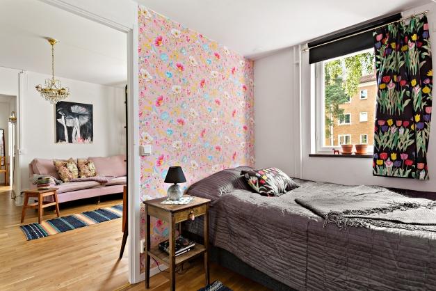 Plats för säng och sängbord samt bra med garderober