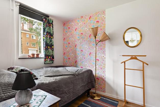 Sovrummet är tapetserat och vitmålat