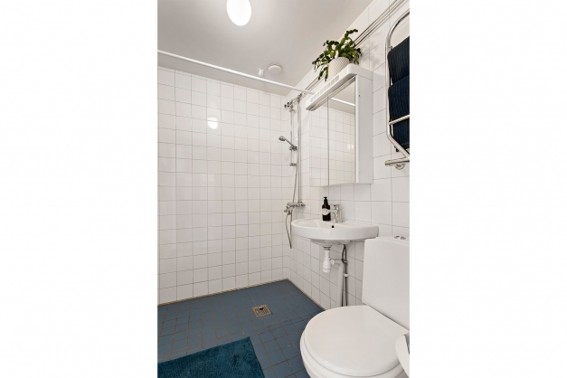Badrummet rymmer badkar om man önskar ha det