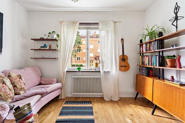 Vardagsrum med fönster mot innergården