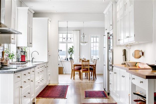 Vackert kök från Kvänum , vita luckor harmonierar snyggt med massiv stenbänkskiva. Stora arbetsytor gör matlagningen enkel