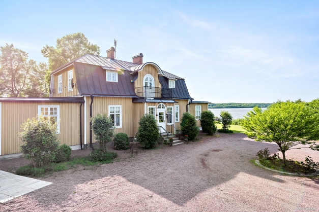 """Välkommen till """"Villa Viken"""" ett anrikt hus intill Råbelövssjöns strand. Här vilar harmoni, en parkliknade trädgård omgärdar huset som ligger vackert vid sjön. Ett läge önskat av många men det är få förunnat. Varmt välkommen på en personlig visning!"""