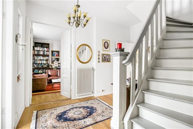 Hallen och trappan upp samt vy mot biblioteket