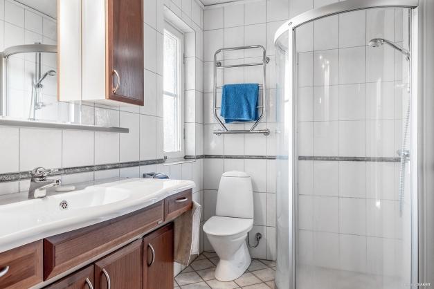 Helkaklat badrum med dusch och bastu