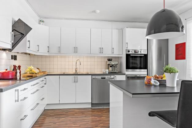 Rymligt kök med både köks-ö och vinkyl