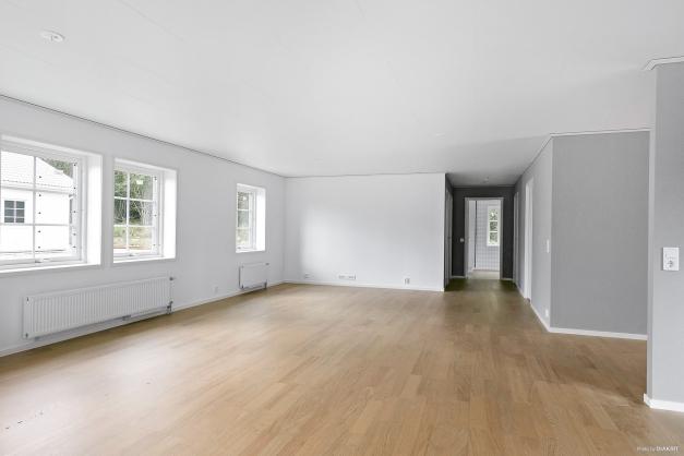Rymligt vardagsrum som enkelt kan delas av om så önskas
