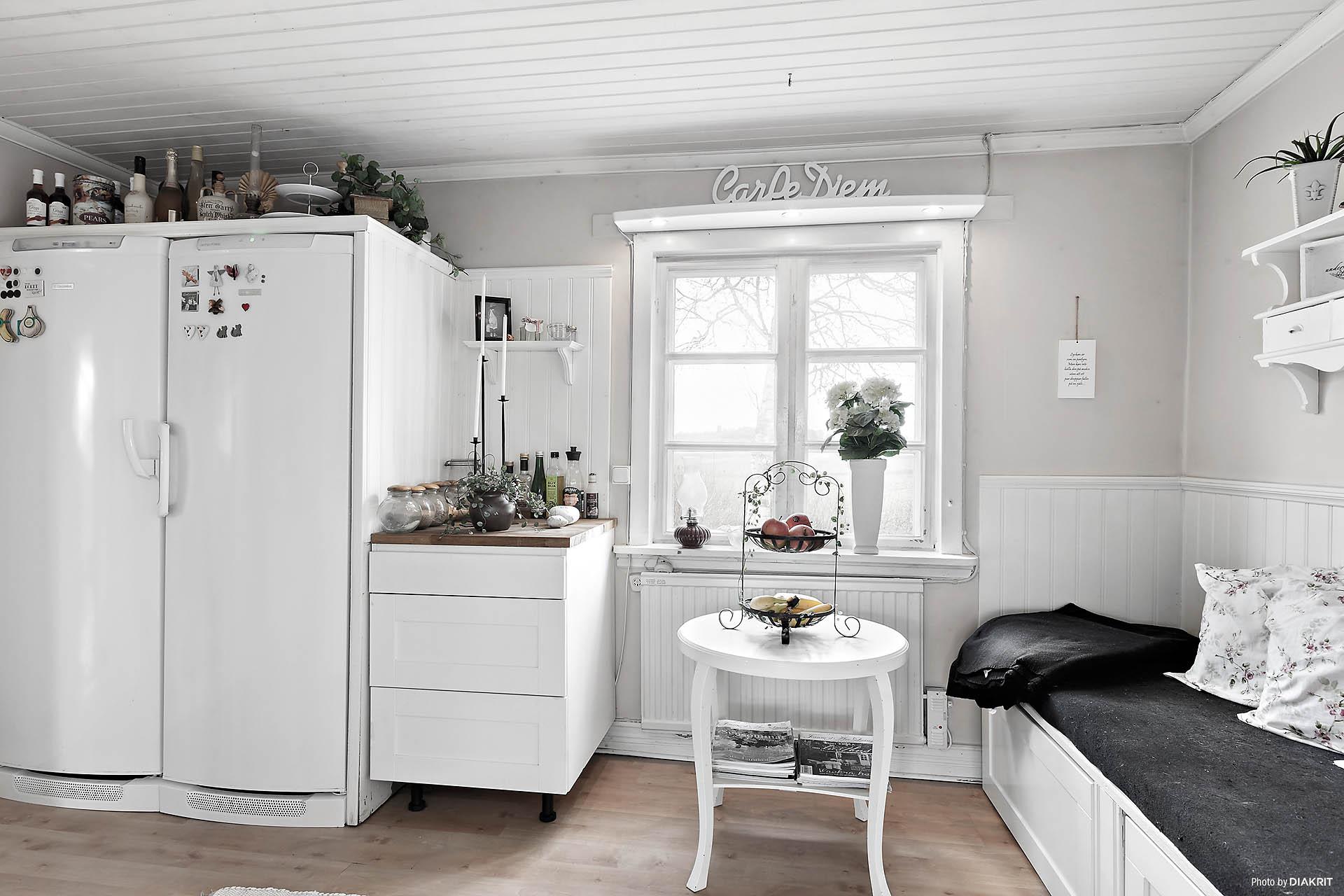 Kyl och frys i angränsande rum till köket.