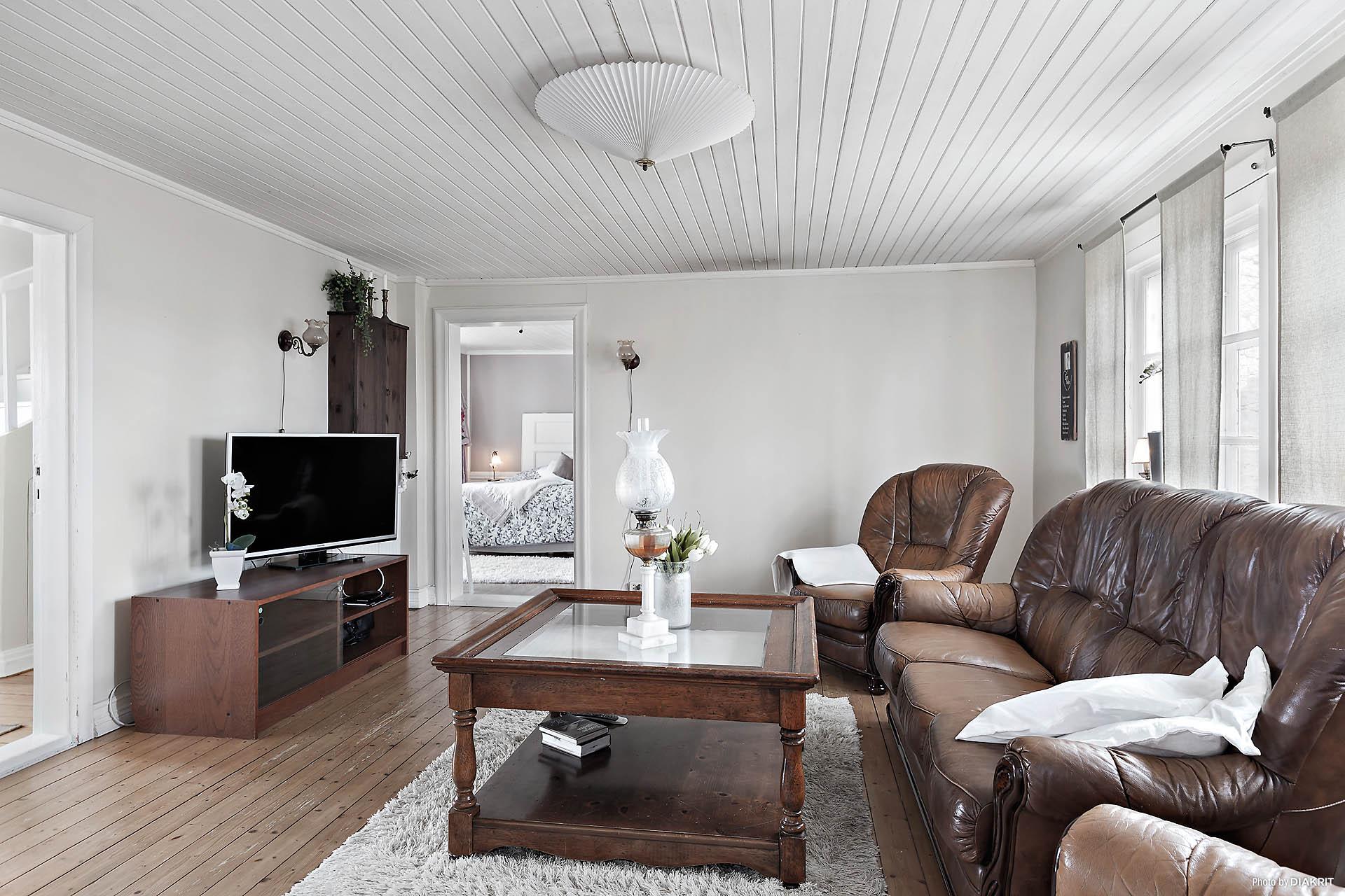 Rymligt vardagsrum med fint gammalt trägolv.