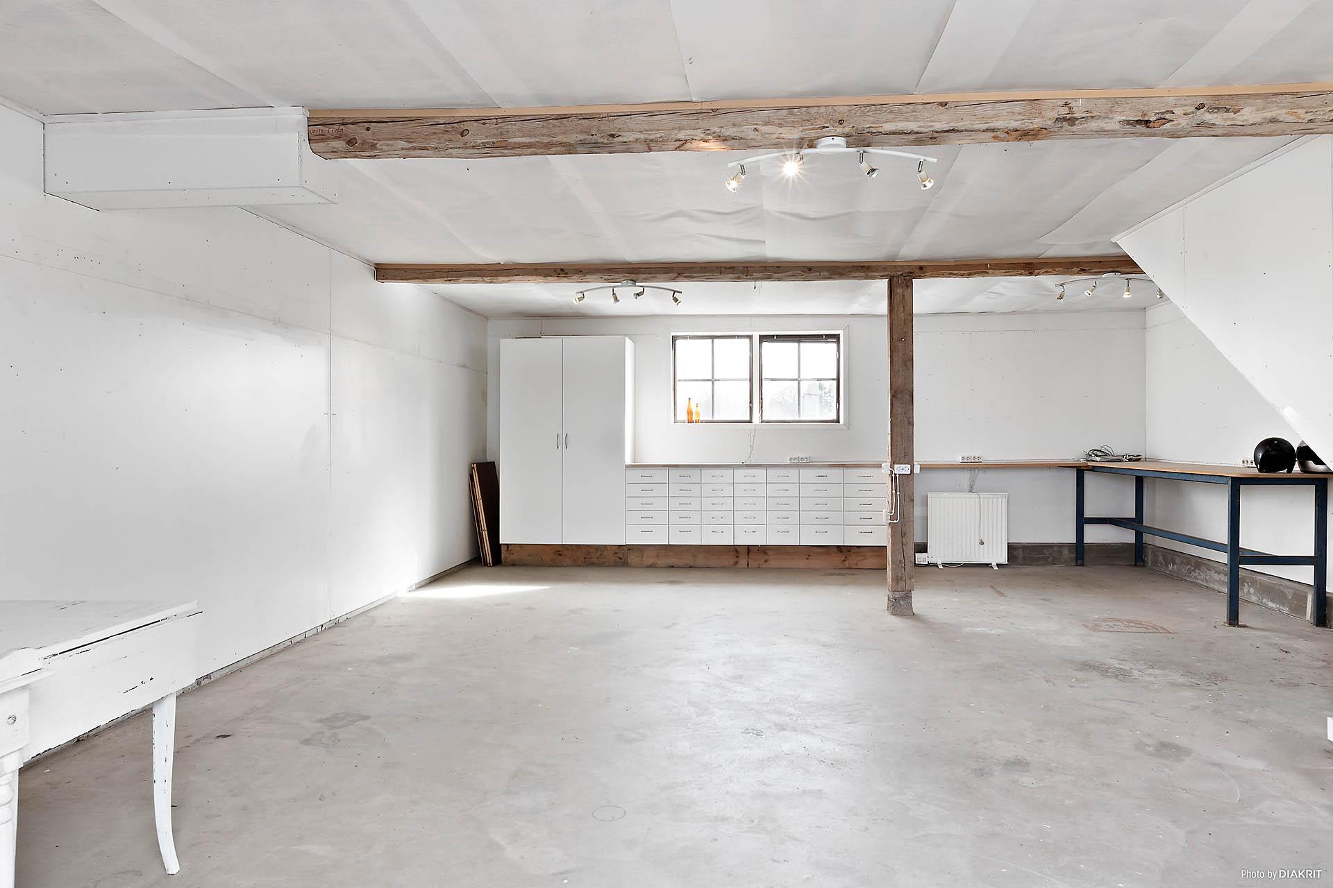Isolerat garage med plats för liten verkstad.