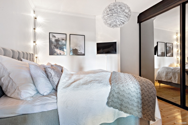 Sovrum med skjutdörrsgarderob